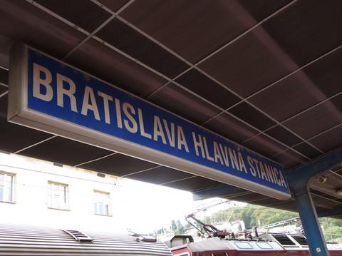 IMG_5886ブラティスラヴァ中央駅駅名標.JPG